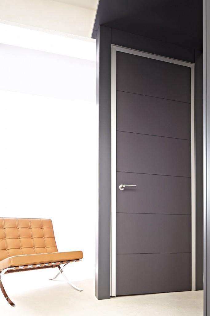 Einflügelige Innentür mit  Aluminiumzarge als Schattennutzarge und Rillenfräsung