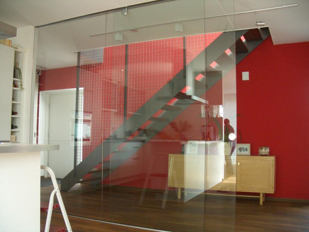 raumhohe Ganzglas-Schiebeanlage aus klarem Glas
