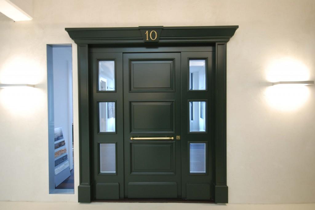 Dreiteilige Haustüranlage im englischen Stil mit Außengewänge, echten Kassetten und Facettenglas