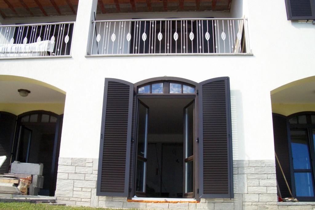 Zweiflügelige Fenstertür mit Segmentbogen-Oberlicht und Klappläden