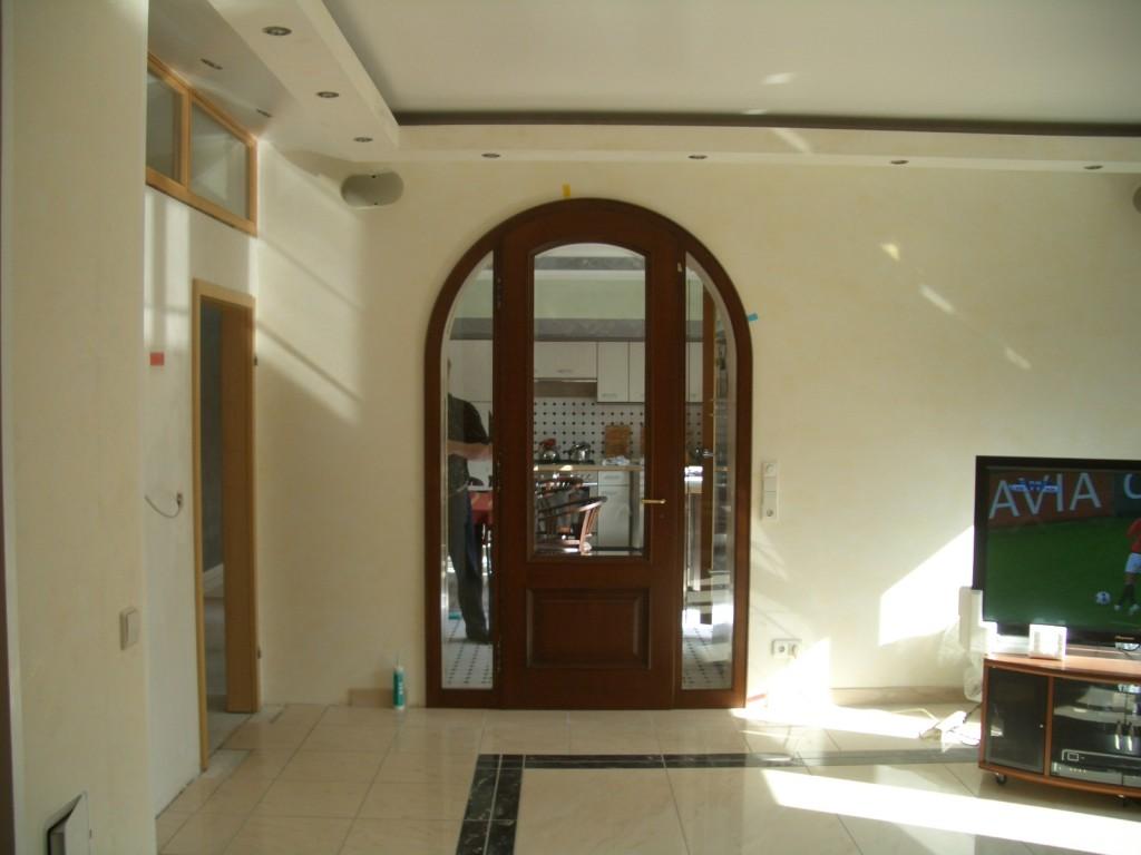 Einflügelige Rundbogentür mit zwei festverglasten Seitenteilen