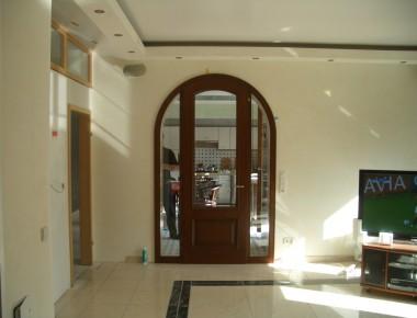 Rundbogentür mit zwei Seitenteilen