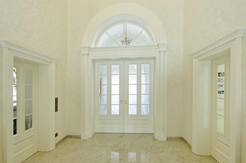 Entré mit Schiebetüranlage und zwei einflügeligen Innentüren