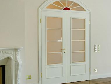 Weiße Segmentbogentür klassisch-elegant
