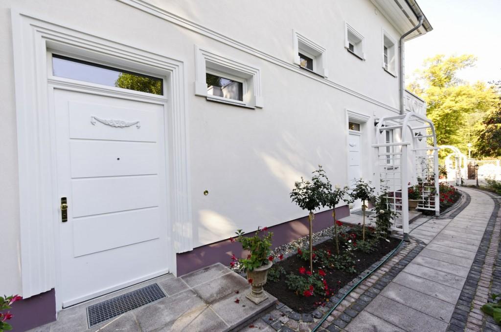 Zwei einflügelige Holzhaustüren in Kassettenoptik mit Ornament