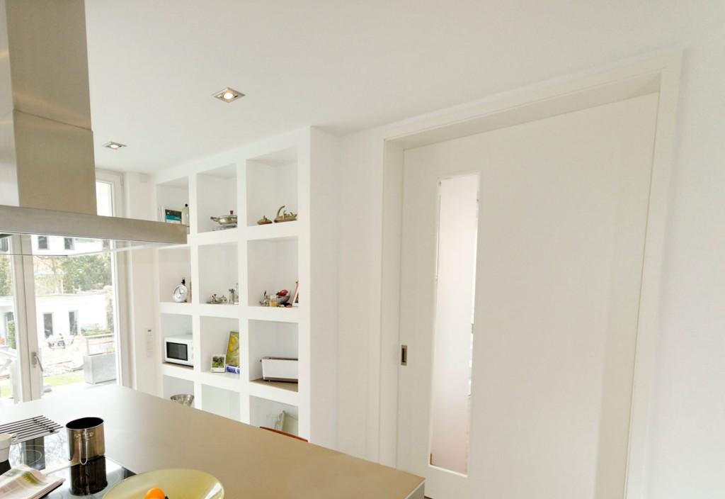 Moderne innentüren stadtvilla  Küchenregal aus Trockenbau in einer modernen Stadtvilla