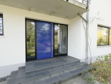 Moderne Haustüranlage für ein Architektenhaus
