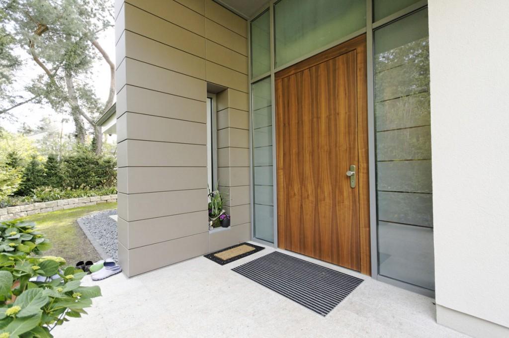 1-flügelige Haustür in Aluminiumfassadensystem integriert