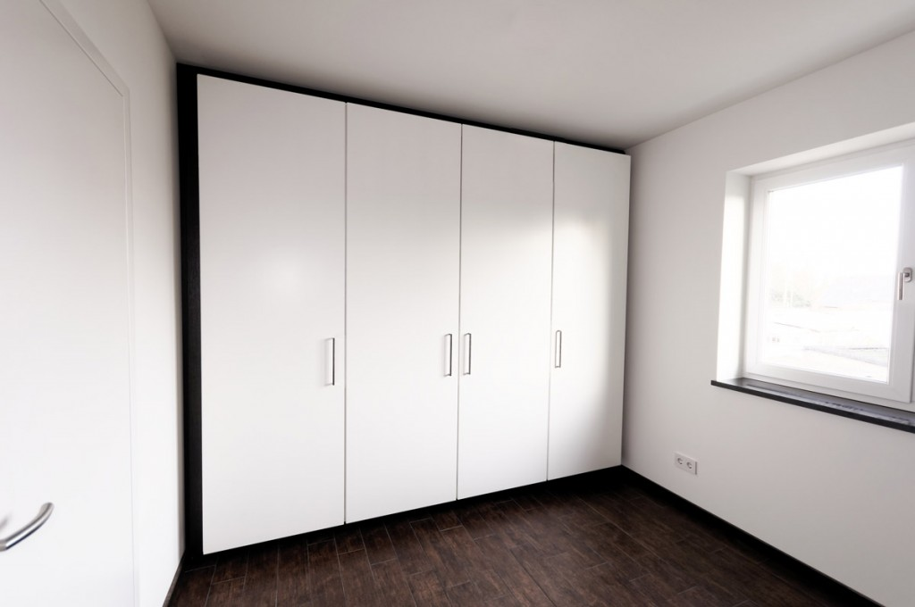 ein schwebender kleiderschrank. Black Bedroom Furniture Sets. Home Design Ideas