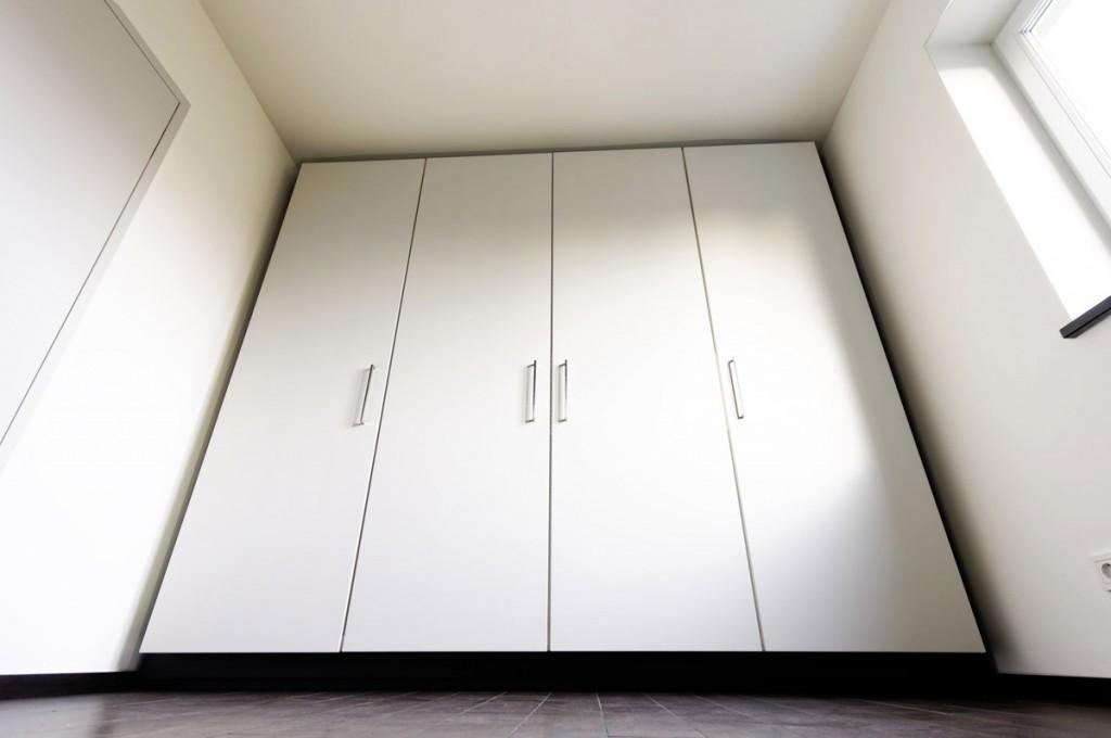 Einbau-Kleiderschrank mit 4 Türen und breiter Schattenfuge