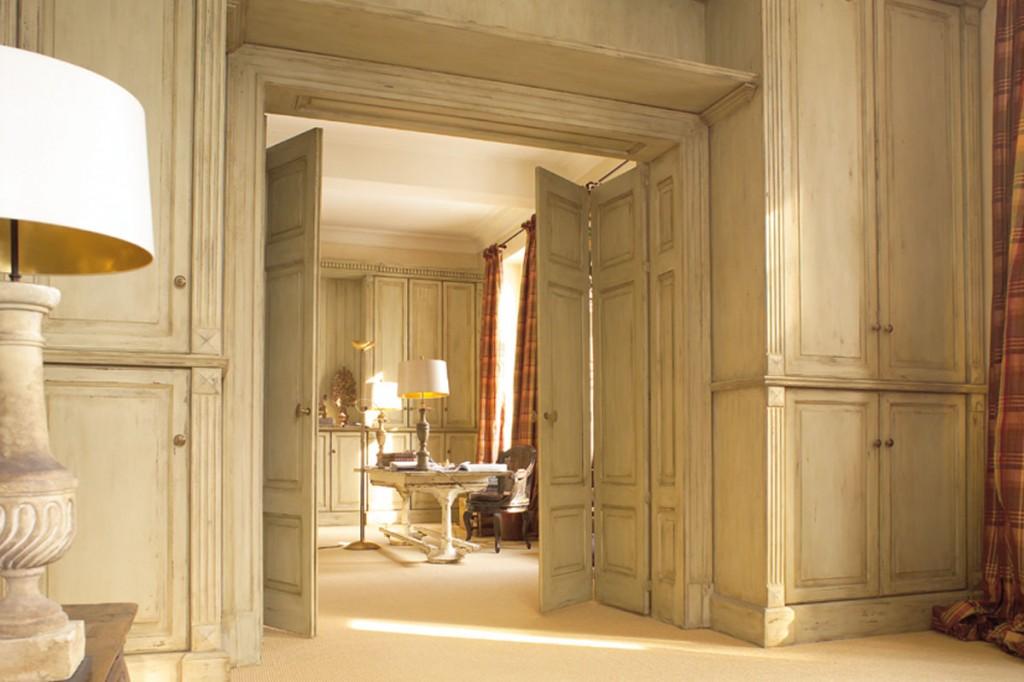Vierflügelige Falt-Anlage in passenden raumhohen Möbeln