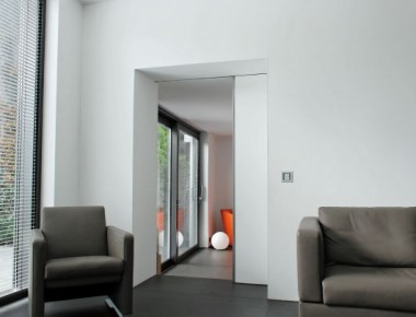Schlichte Schiebetüren im modernen Design: fast unsichtbar (Tapetentür)