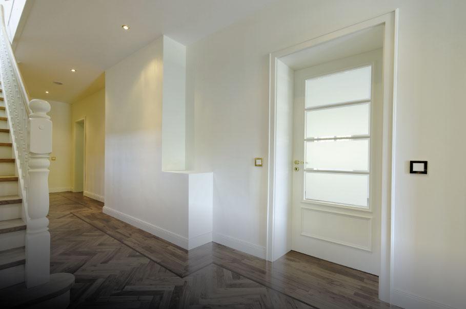 1-flügelige Tür mit satinierter Verglasung (Ränder klar).