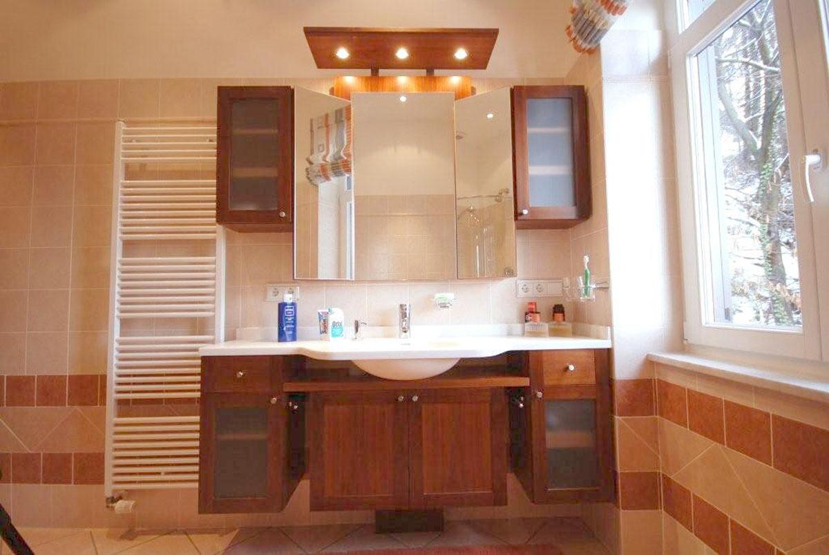 Schöne nussbaumfurnierte Badezimmermöbel