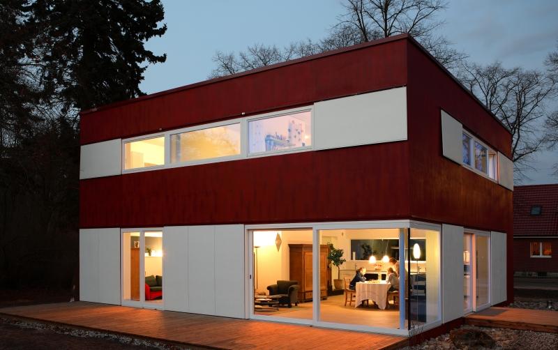 fenster f r ein von einem apfel inspirierten haus. Black Bedroom Furniture Sets. Home Design Ideas