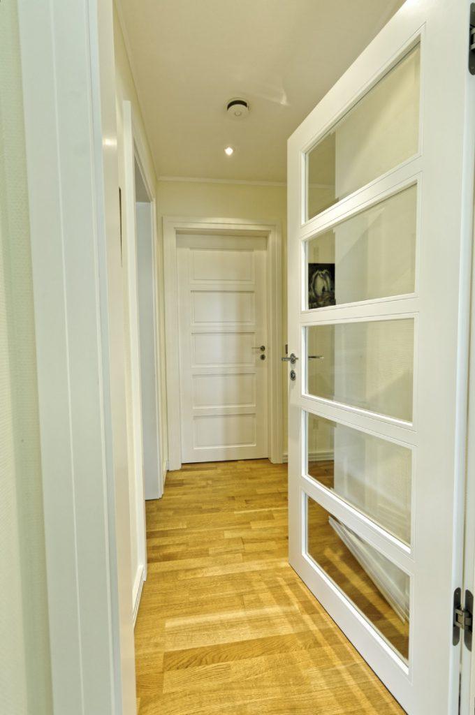 klassische moderne in d sseldorf sprossent ren mit facettengeschliffenem glas. Black Bedroom Furniture Sets. Home Design Ideas
