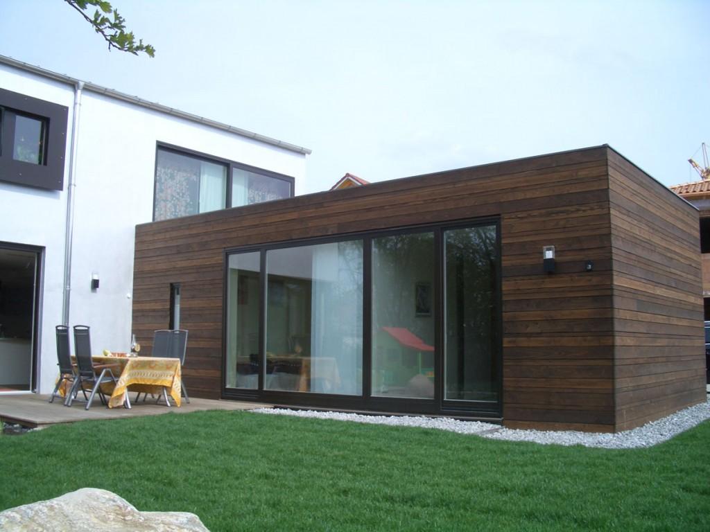 dunkle holzfenster f r ein modernes einfamilienhaus. Black Bedroom Furniture Sets. Home Design Ideas