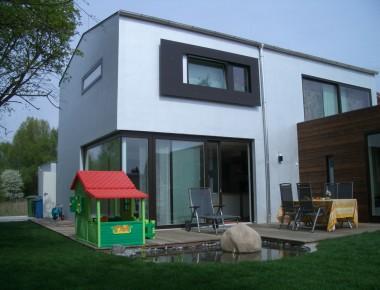 Dunkle Holzfenster für ein modernes Einfamilienhaus
