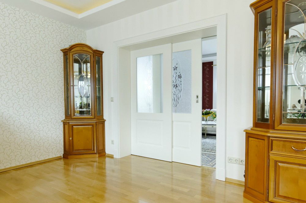 in eine richtung schiebende zweifl gelige schiebet r. Black Bedroom Furniture Sets. Home Design Ideas