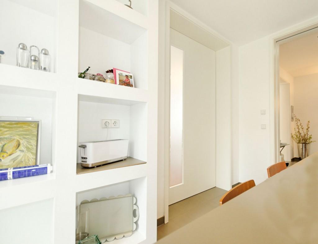 k chenregal aus trockenbau in einer modernen stadtvilla. Black Bedroom Furniture Sets. Home Design Ideas