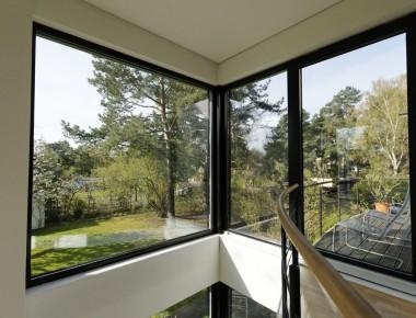 Schwarze Aluminiumfenster für ein Architektenhaus