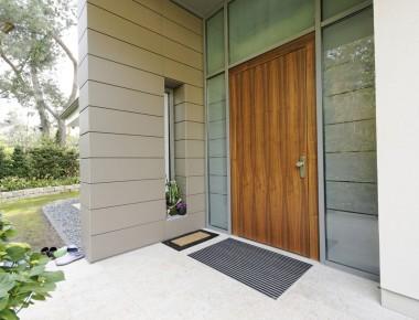 Furnierte Holzhaustür in Aluminiumfassade