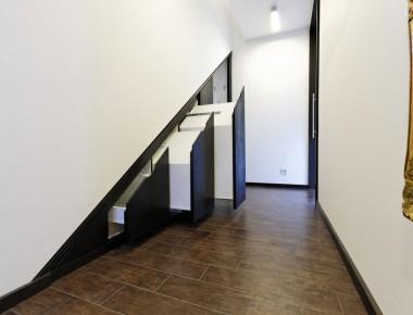 Einbauschränke für den Raum unterhalb der Treppe