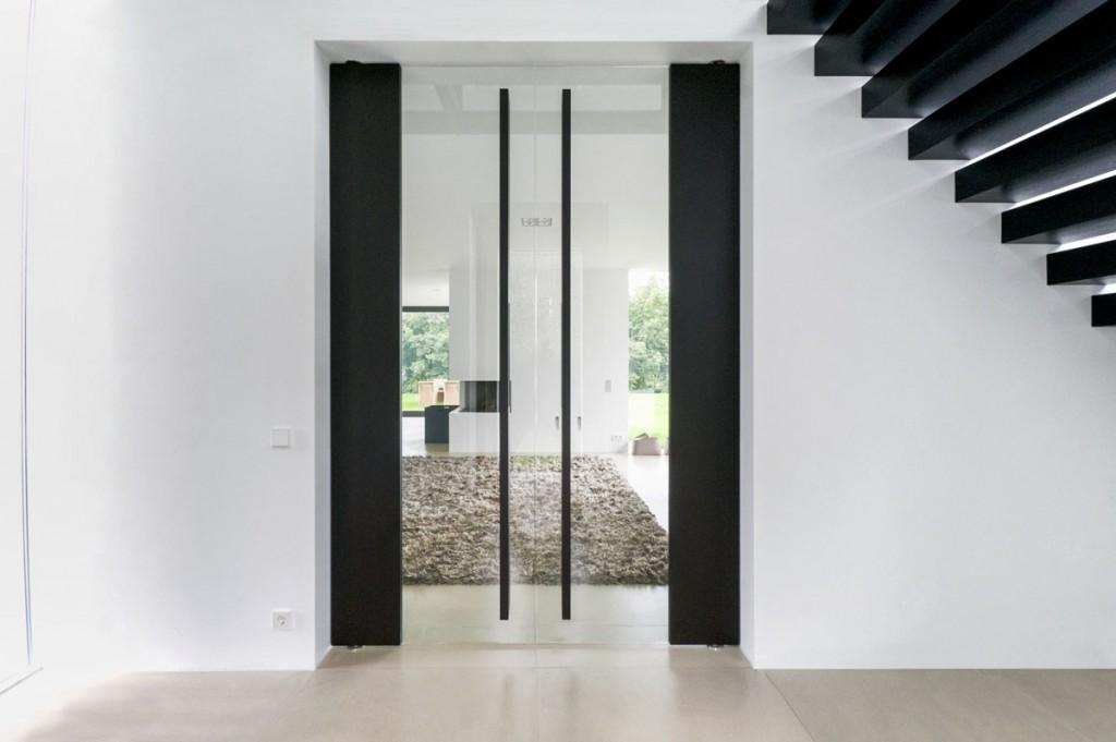 elegante schwarze pendel dreht r raumhoch mit viel glas. Black Bedroom Furniture Sets. Home Design Ideas